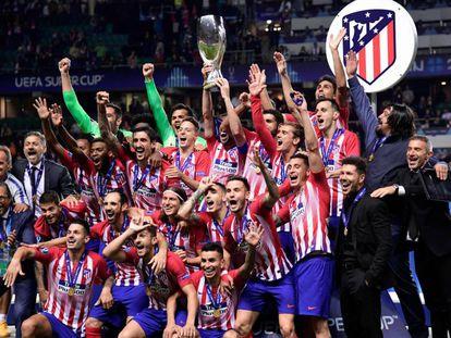 Capitão Godín levanta a taça de campeão da Supercopa.