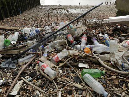 Resíduos de plástico encontrados no rio Tâmisa, em Londres.