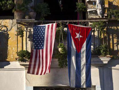 As bandeiras dos EUA e de Cuba penduradas em uma sacada de Havana, nesta semana.