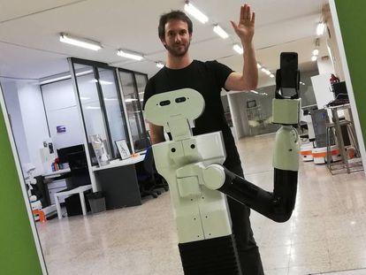O pesquisador Pablo Lanillos e Tiago, o robô que se reconhece no espelho.