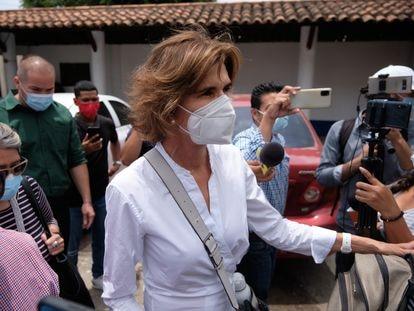 A pré-candidata presidencial Cristiana Chamorro depois de comparecer à sede do Ministério Público da Nicarágua.
