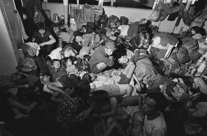 Porão de um barco com refugiados do Vietnã recusado pela Malásia em 1978.