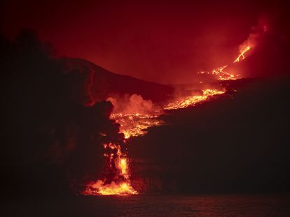A lava atinge o mar em torno da área conhecida como Playa de los Guirres.