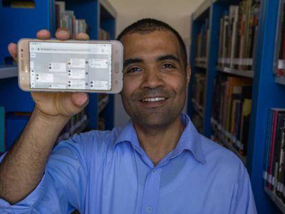 Daniel Fermino da Silva com a imagem da sua árvore genealógica na tela do celular
