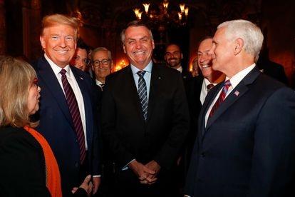 Fábio Wajngarten (de óculos) atrás de Trump. Na imagem registrada pelo fotógrafo do Planalto, estão Jair Bolsonaro, o vice dos EUA, Mike Pence, o deputado Eduardo Bolsonaro e outras autoridades.