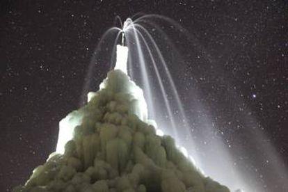 Uma estupa de gelo, à noite
