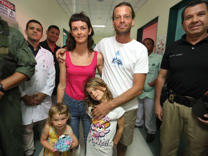 A família, após ser atendida em um hospital local.