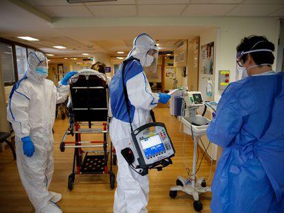 Equipe médica atende pacientes em um hospital de Israel.