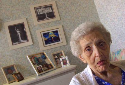 Jane Bartholomew, que disse ser uma das modelos que inspirou o logotipo da Columbia Pictures, posa no quarto de sua casa, em 2001