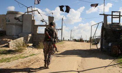 Um militar palestino em Gaza, que foi atacada por Israel.