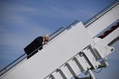 O presidente dos EUA, Joe Biden, tropeça ao subir as escadas do Air Force One, nesta sexta-feira em Maryland.