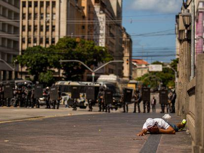 Homem ferido durante protesto anti-Bolsonaro reprimido por policiais no Recife, em 29 de maio.