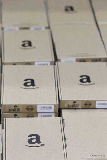 Pacotes em fila no centro logístico da Amazon em Madri.