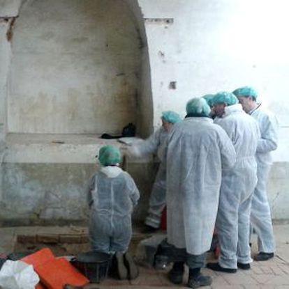 Momento em que os pesquisadores se reúnem diante dos restos ósseos recém descobertos.