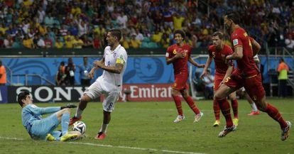 O goleiro belga interrompe uma clara chance de Dempsey.