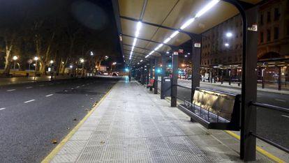 Estação de ônibus vazia em Buenos Aires, nesta terça-feira.
