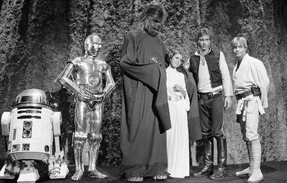 Carrie Fisher junto ao elenco de Star Wars em 1978.