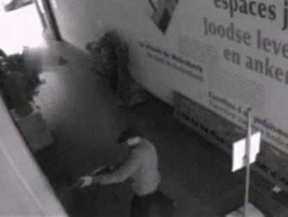 Imagens da câmera de segurança do Museu Judaico de Bruxelas, nas que se vê o autor do tiroteio disparando com um fuzil.