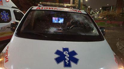 Uma ambulância que foi atacada durante os protestos, no sul de Bogotá.