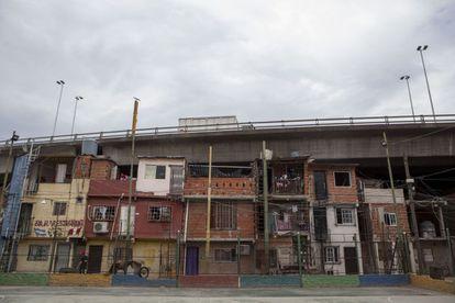Casas da Vila 31 sob a avenida.