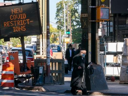 Um painel alerta sobre as restrições no distrito de Borough Park, em Nova York.