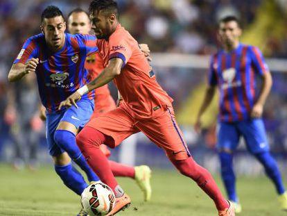 Neymar conduz a bola na partida contra o Levante.