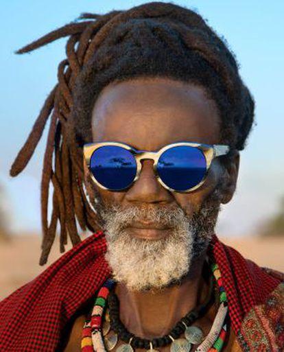 Jonas Ohentse, artista de Wallmaranstaad, 52 anos, com uns óculos de sol da coleção Wild Love in Africa.