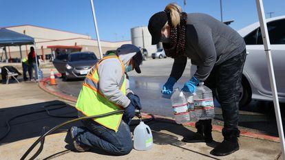 Voluntário distribui água em Kyle, Texas.