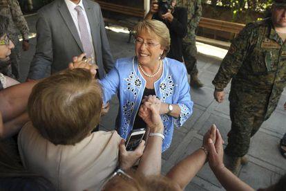 Candidata presidencial chilena Michelle Bachelet saúda eleitores.