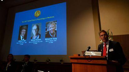 O secretário do comitê do Nobel de Medicina, Thomas Perlmann, anuncia os três premiados desse ano.