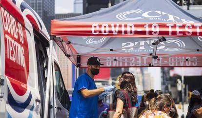 Uma pessoa passa por um exame de covid-19 em Nova York, nos EUA, na última semana.