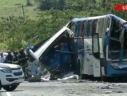 Um ônibus colidiu com um caminhão na região de Taguaí, interior de São Paulo.