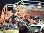 Unas 70 personas permanecían atrapadas este sábado bajo los escombros tras el desplome de un hotel en la ciudad china de Quanzhou, en el sureste del país. En la imagen, los servicios de rescate buscan a los supervivientes tras el derrumbe.