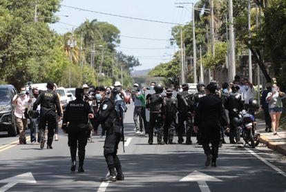 Polícia da Nicarágua se concentra em frente à casa da candidata oposicionista à presidência Cristiana María Chamorro Barrios, em Manágua, que está sob ordem de prisão.
