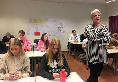 A professora, durante uma aula em uma escola de Reykjavik
