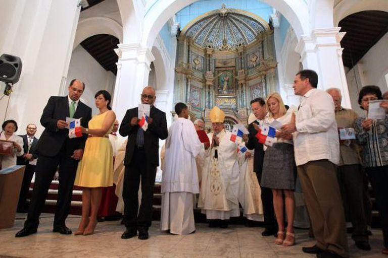 O arcebispo do Panamá com os candidatos à Presidência e suas mulheres.