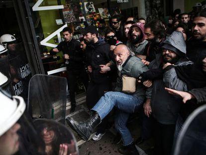 Manifestantes contra a abertura do comércio aos domingos enfrentam a polícia.