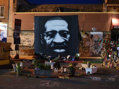 Memorial a George Floyd no local em que ocorreu a brutal prisão que causou sua morte, em 25 de maio de 2020, em Minneapolis.