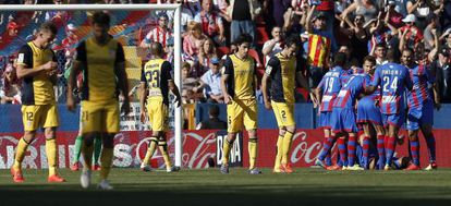 Os jogadores do Levante comemoram o segundo gol.