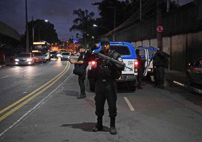 Policial na favela do Jacarezinho em dia de protestos após a chacina.
