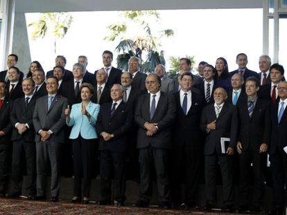 Rousseff, ao centro, com ministros e governadores.