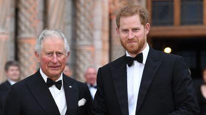 Os príncipes Charles e Harry em um evento em Londres em abril de 2019.