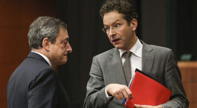 O presidente do Eurogrupo, Jeroen Dijsselbloem (direita) conversa com o presidente do Banco Central Europeo (BCE), Mario Draghi.