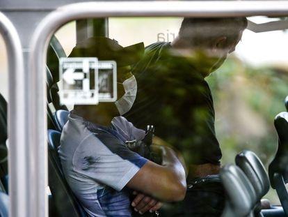 Usuários do transporte público do Distrito Federal usam máscaras descartáveis por precaução contra o coronavírus.