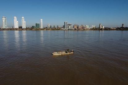 Pescador artesanal da comunidade de Espinillo, no rio Paraná. As comunidades locais são duramente prejudicadas pela diminuição histórica das águas, que estão no nível mais baixo dos últimos 77 anos.