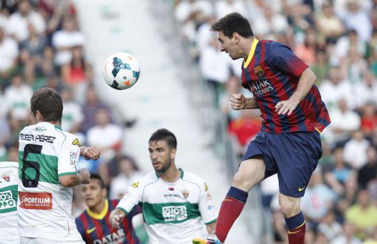 Messi cabeceia no jogo contra o Elche.