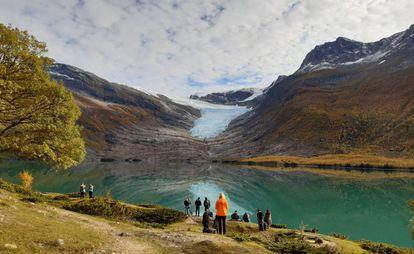 Um grupo de turistas contempla, ao fundo, a língua do glaciar Engabreen, na Noruega.