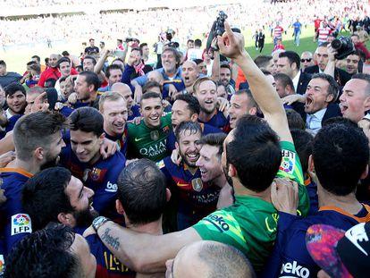Os jogadores do Barcelona celebram o título do campeonato após a partida contra o Granada.