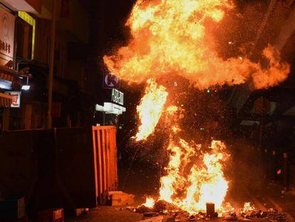 Uma barricada de pneus em chamas bloqueia no sábado uma rua de Hong Kong.