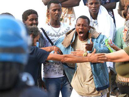 Homem enfrenta um policial no acampamento italiano.